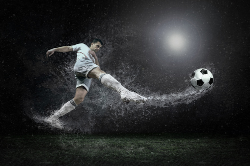 Fototapeta piłkarska, piłkarz, krople deszczu, piłka nożna, fototapeta do pokoju chłopca