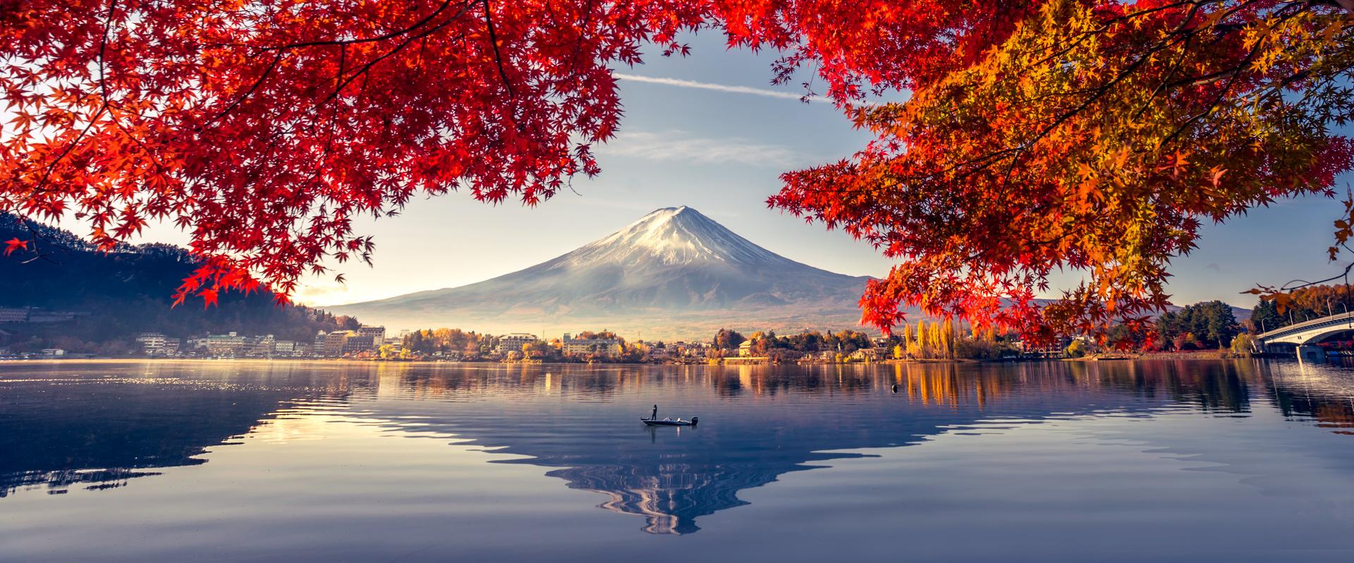 Fototapeta z widokiem na wulkan Fudżi, jezioro oraz drzewa, kontrast barw ciepłych i zimnych