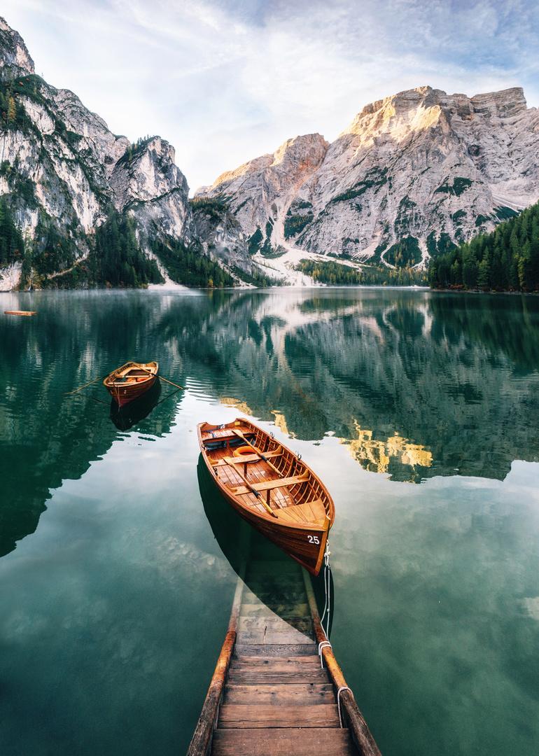 Fototapeta góry, jezioro, molo wraz z łódką, las